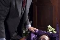 Eliot Deacon (Liam Neeson) naast de kist van Anna Taylor (Christina Ricci) - After.Life